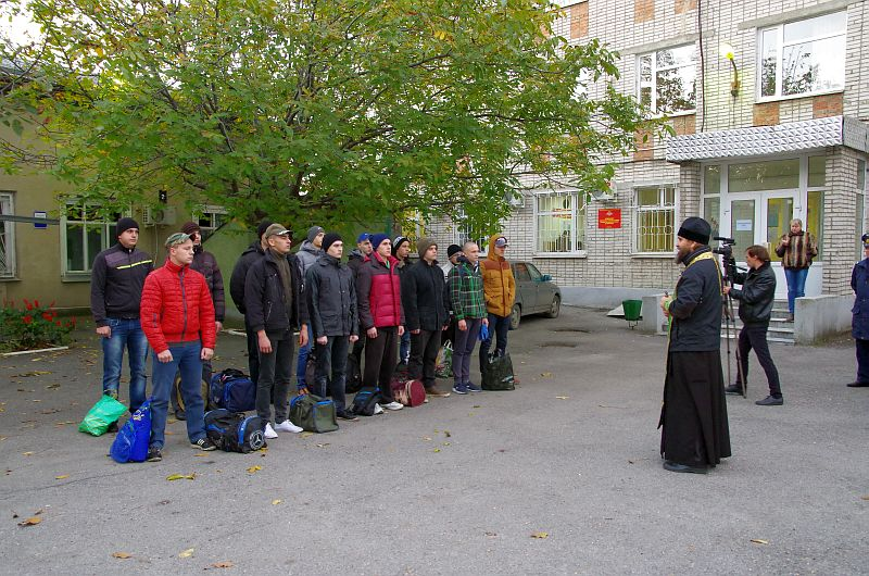 Помощник благочинного Таганрогского округа иерей Константин Галацан напутствовал призывников
