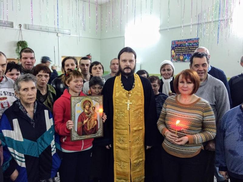 Настоятель Никольского храма с. Николаевка вместе с прихожанами посетил городской психоневрологический интернат № 1