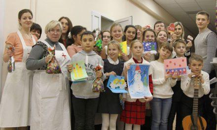 В дни празднования Рождества Елисаветинское сестричество поздравляет пациентов больницы №3