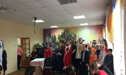 Воспитанники воскресной школы Свято-Никольского храма и молодежного Павловского клуба посетили дом престарелых и детский дом № 5 и провели для всех желающих Рождественскую Елку