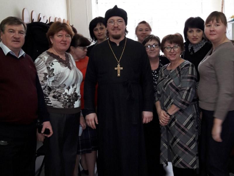 Настоятель Свято-Никольского прихода встретился с директором и учителями Лакедемоновской средней школы