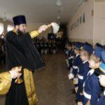 Клирик Сергиевского храма Таганрога посетил церемонию посвящения в кадеты в средней школе № 3