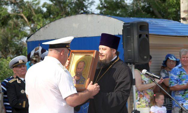 На торжественном митинге ко Дню ВМФ благочинный Таганрогского округа поздравил моряков-пограничников