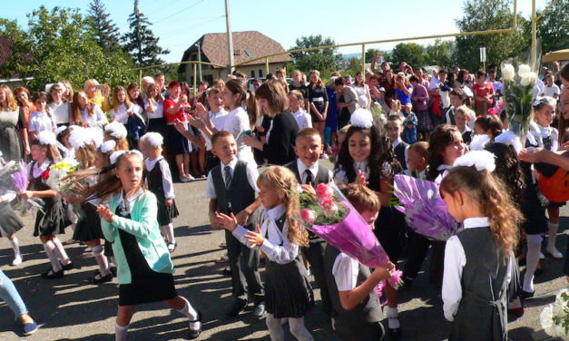 Настоятель Магдалининского храма принял участие в торжественной линейке, посвященной Дню знаний