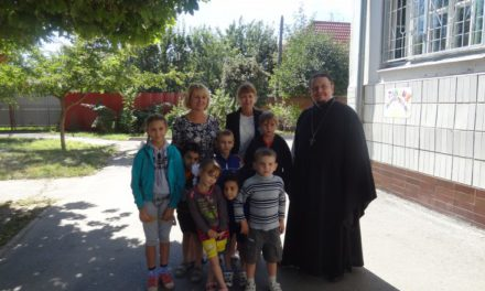 Настоятель Сергиевского храма Таганрога поздравил воспитанников социального приюта с Днем знаний