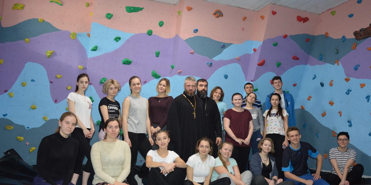 В клубе «Ставрос» состоялась встреча клириков Свято-Никольского храма со студентами, приехавшими по обмену в Чеховский институт