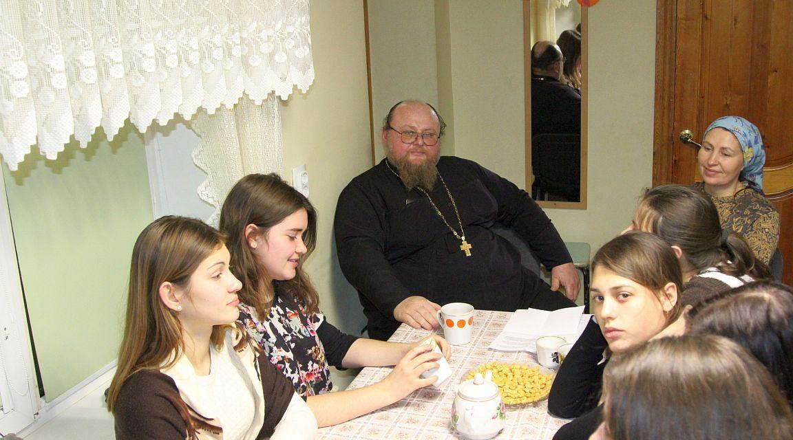 В клубе «Лоза» Георгиевского прихода Таганрога состоялась беседа со священником на тему семьи и Церкви