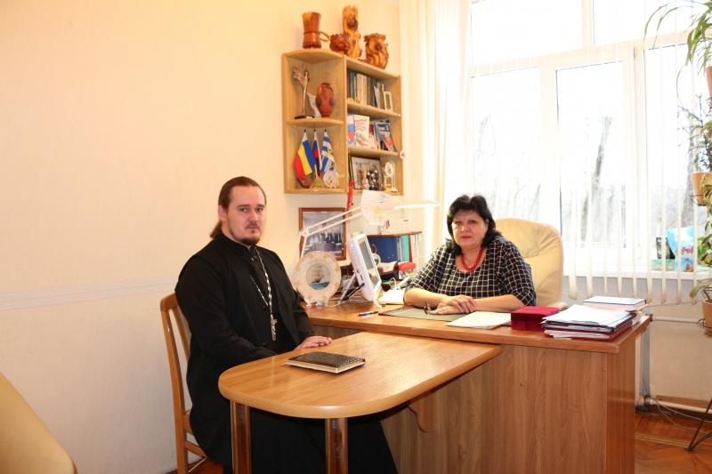 Клирик Одигитриевского прихода города и директор школы № 6 обсудили вопросы подготовки к предстоящим Рождественским чтениям, которые пройдут в Таганроге