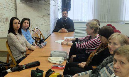 В таганрогской библиотеке имени Чехова состоялась встреча общественной организации инвалидов с настоятелем Серафимовского прихода города