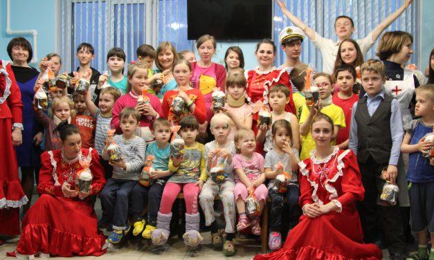 Юные прихожане Никольского храма поздравили с Воскресением Христовым детей в многопрофильной больнице Таганрога