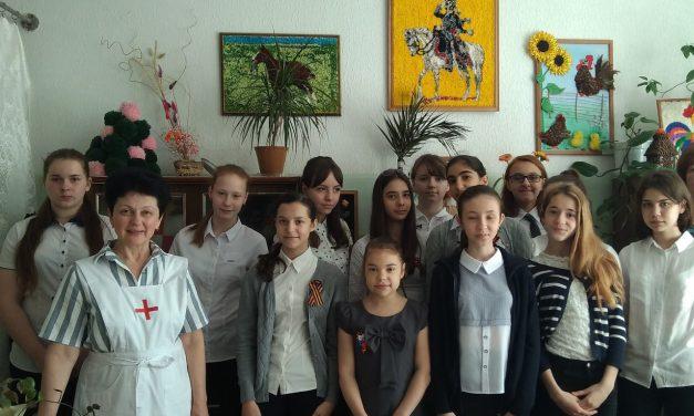 Старшая сестра милосердия встретилась с волонтерами Елисаветинского сестричества из 34-ой школы Таганрога
