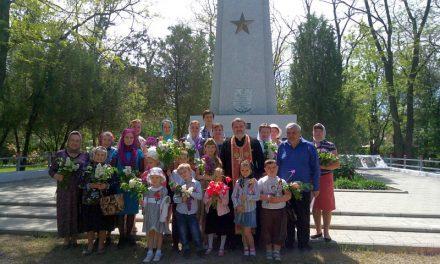 Ученики воскресной школы таганрогского Всехсвятского храма почтили память погибших воинов