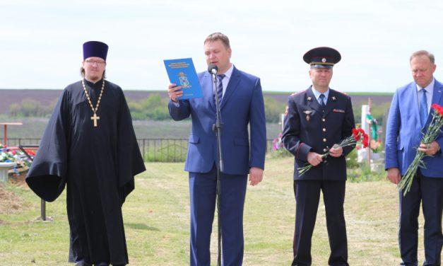 На церемонии открытия памятника погибшему при исполнении служебного долга майору А.Обиденко совершена панихида