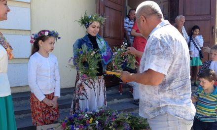 В день Пятидесятницы прихожанки Никольского храма порадовали своих сестер и братьев во Христе необычными подарками — венками