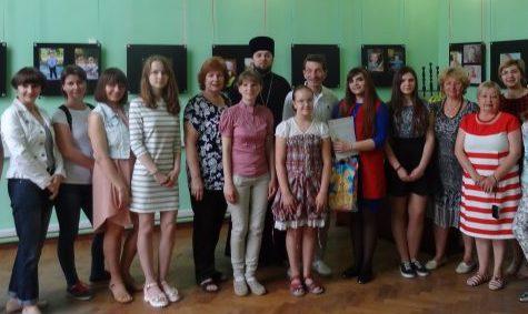 Клирик Сергиевского храма посетил открытие фотовыставки «Детские лица»
