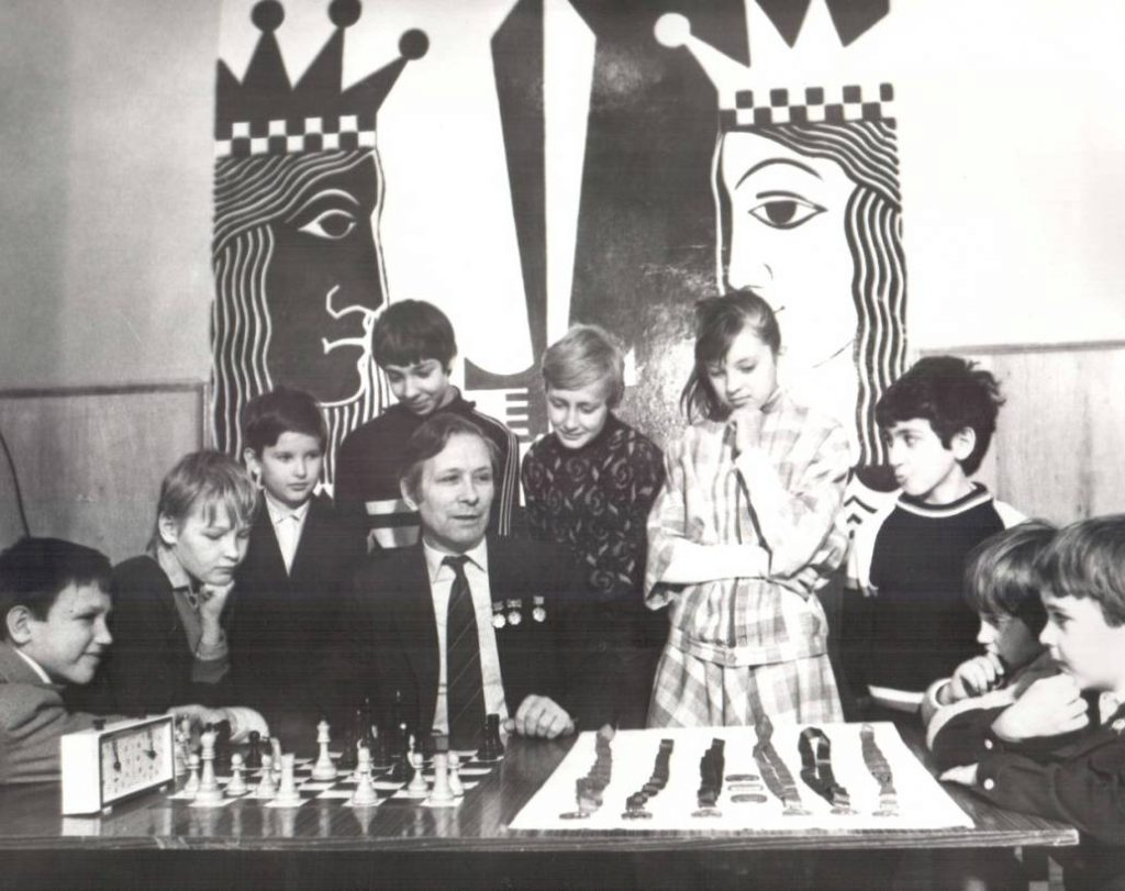 Николай Минович с учениками