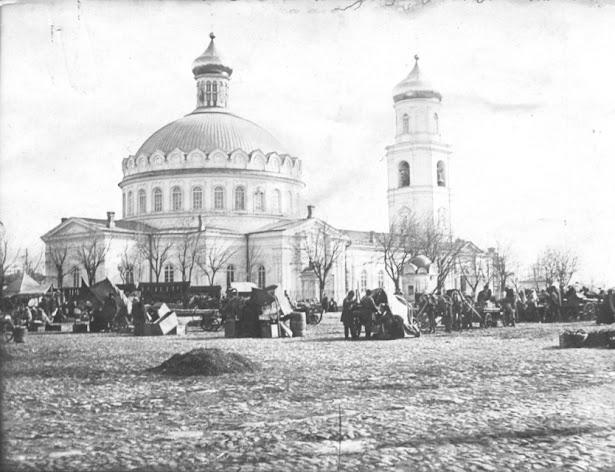 Базар возле Успенского собора в Таганроге