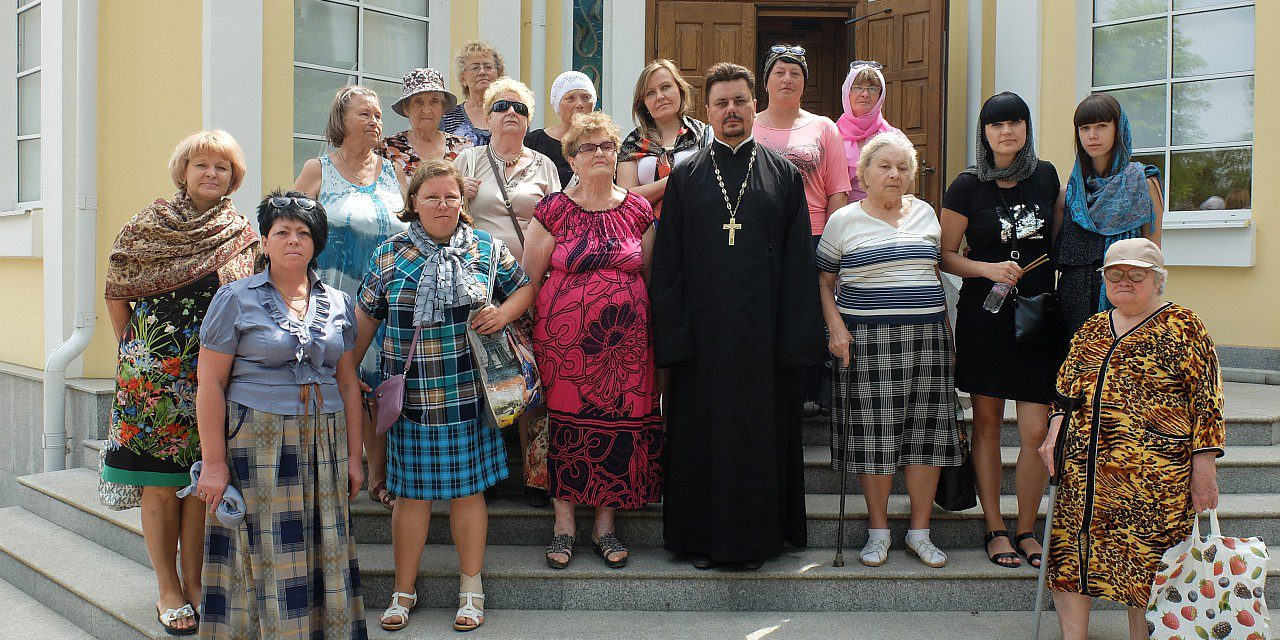 Группа инвалидов из г. Таганрога, страдающих рассеянным склерозом, совершила паломническую поездку к святому источнику с. Петровка