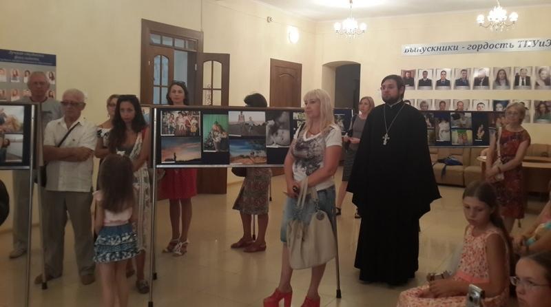 В Таганроге открылась выставка фоторабот «Радость материнства»