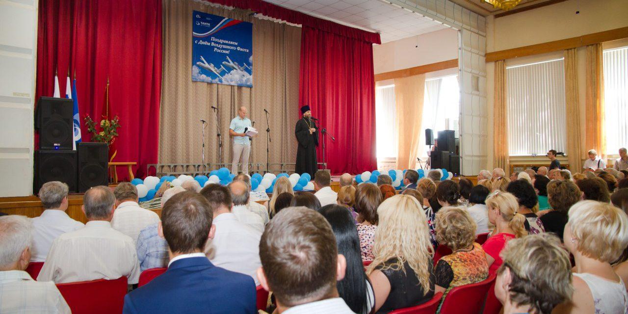 Клирик Таганрогского благочиния поздравил сотрудников Таганрогского авиационного научно-технического комплекса с Днём авиации