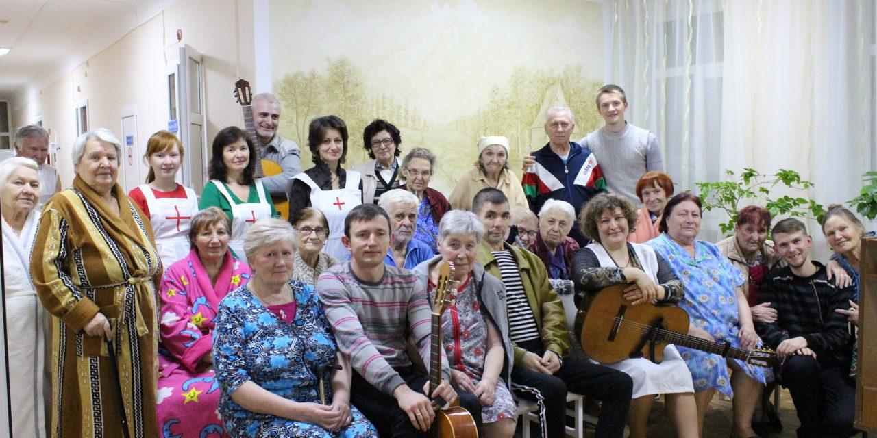 В Международный день матери сестры милосердия Елисветинского сестричества г.Таганрога организовали концерт для подопечных в больнице №3