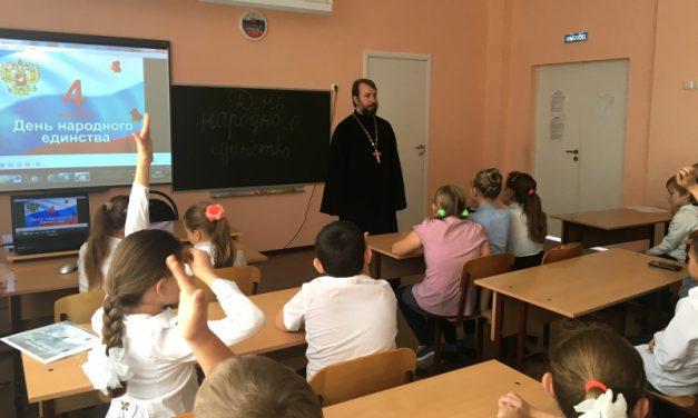 Настоятель Магдалининского храма посетил среднюю школу села Красный Десант