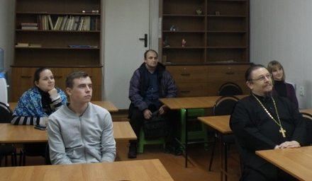 Настоятель Сергиевского храма Таганрога провел тематическую встречу с молодыми прихожанами