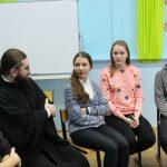 В рамках сотрудничества Таганрогского благочиния и Управления образования города состоялась встреча старшеклассников с помощником настоятеля Никольского храма по религиозному образованию диаконом Георгием Канчой