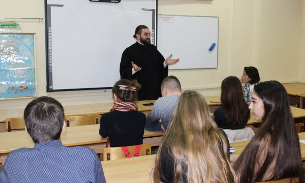 Помощник настоятеля Никольского храма по религиозному образованию диакон Георгий Канча провел цикл встреч со студентами ТИУЭ