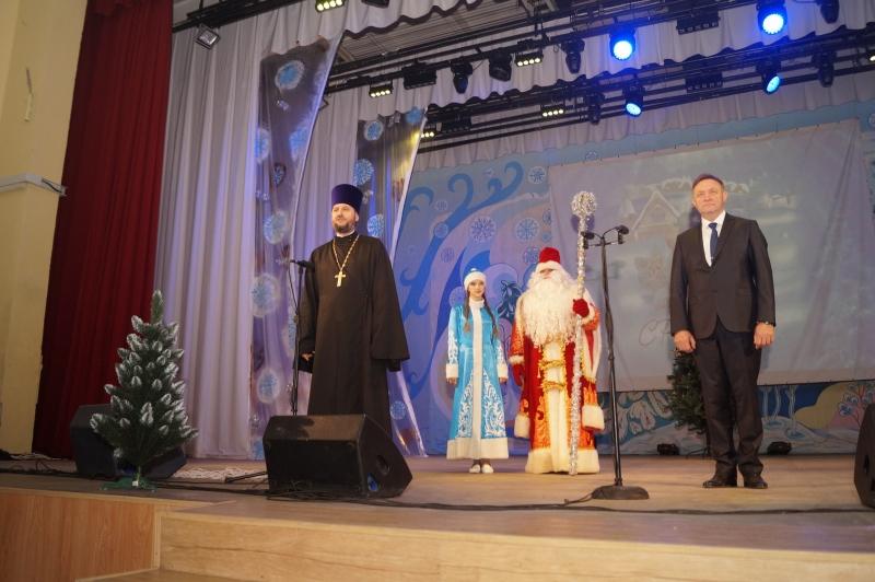 В районном ДК с. Покровское прошел Рождественский спектакль для детей из малообеспеченных и многодетных семей Неклиновского района