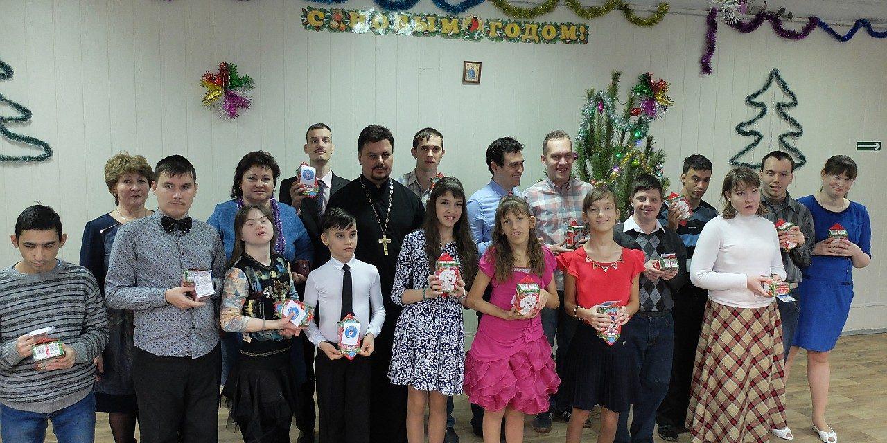 Настоятель прихода храма преподобного Серафима Саровского г. Таганрога принял участие в новогоднем празднике общественной организации детей-инвалидов «Мы есть»