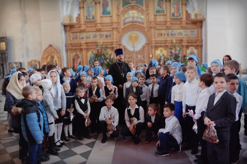 Рождественский концерт с участием учеников общеобразовательных школ прошел в Свято-Покровском храме