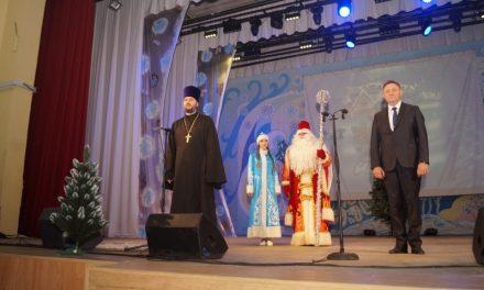 В районном Доме культуры прошел Рождественский спектакль для детей из малообеспеченных и многодетных семей Неклиновского района