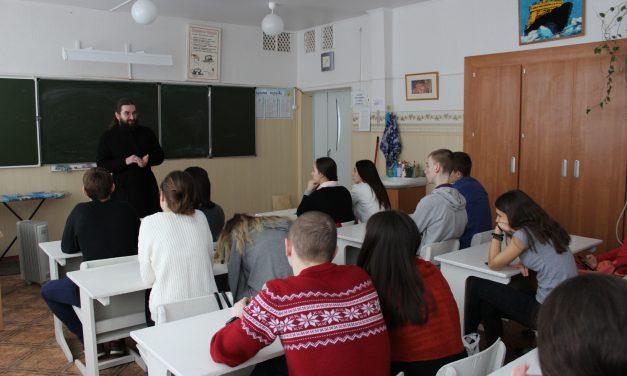 Одиннадцатиклассники школы №34 г. Таганрога встретились с диаконом Георгием Канчой
