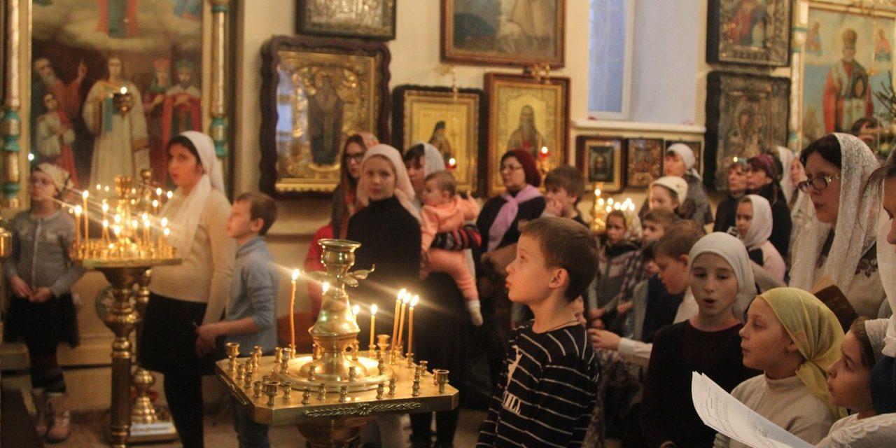 4 января в Георгиевском храме Таганрога за Божественной литургией молились воспитанники воскресных школ Таганрога