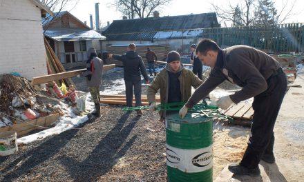 Школьники старших классов специальной школы № 19 помогали на подворье святого праведного Павла Таганрогского