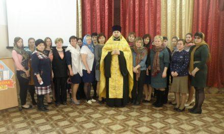 Священник Сергиевского храма Таганрога совершил молебен в средней школе № 26