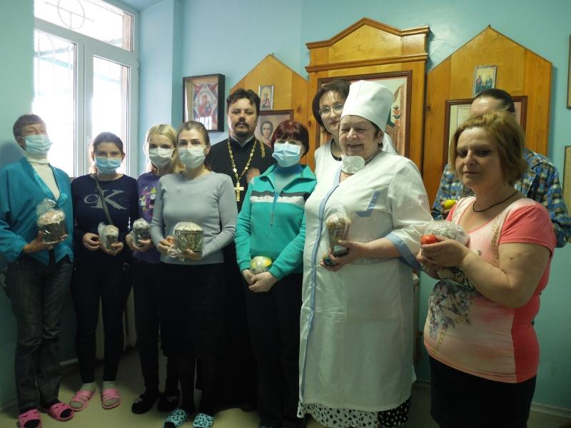 Настоятель прихода преподобного Серафима Саровского г. Таганрога совершил пасхальный молебен в городском противотуберкулезном диспансере