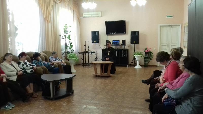 Настоятель Серафимовского прихода встретился с подопечными центра обслуживания пенсионеров и инвалидов