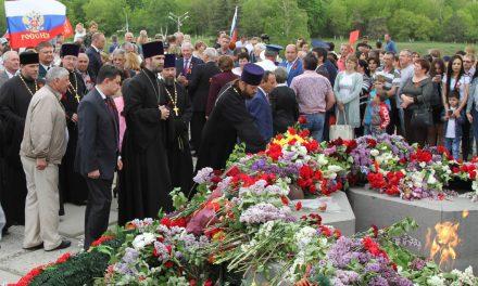 Священнослужители Таганрогского благочиния приняли участие в церемонии возложения цветов к монументу на Самбекских высотах