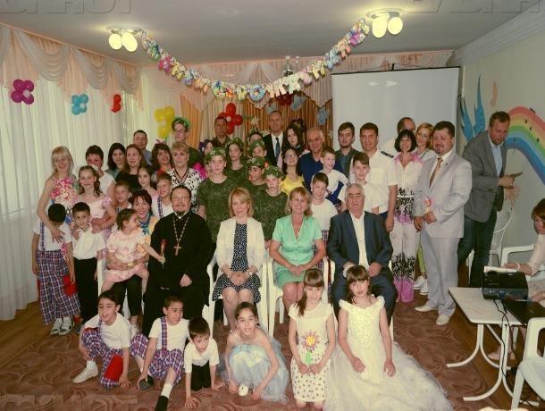 Настоятель Сергиевского храма поздравил коллектив и воспитанников Социального приюта Таганрога с 16-летием создания учреждения и Днем защиты детей