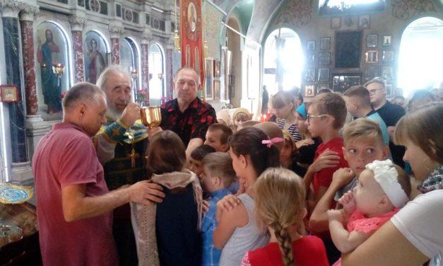 Воспитанники воскресной группы Всехсвятского прихода с. Синявское перед началом учебного года причастились Святых Христовых Таин