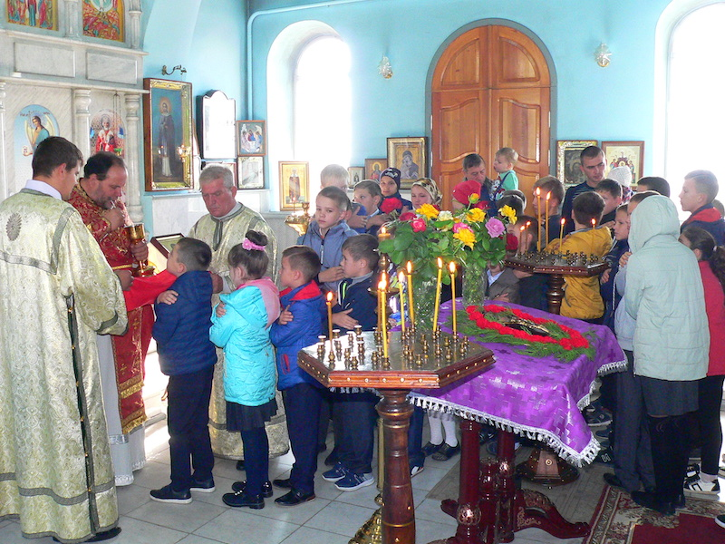 Учащиеся Сухо-Сарматской школы причастились Святых Христовых Таин в Магдалининском храме