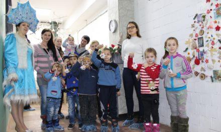 В день святителя Николая прихожане Никольского храма организовали елку для детей из многодетных семей