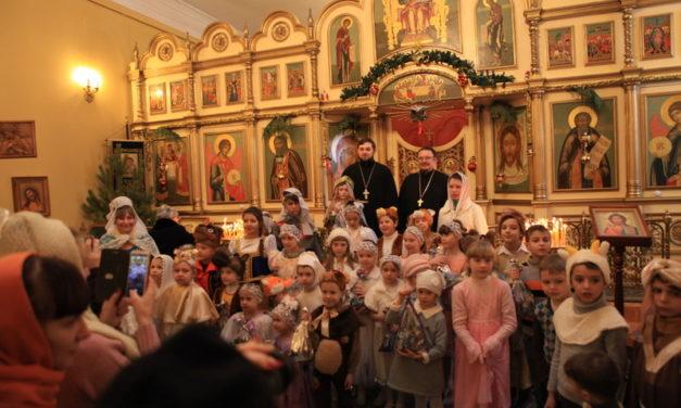 В Сергиевском храме г. Таганрога воспитанники воскресной школы поздравили прихожан с Рождеством Христовым