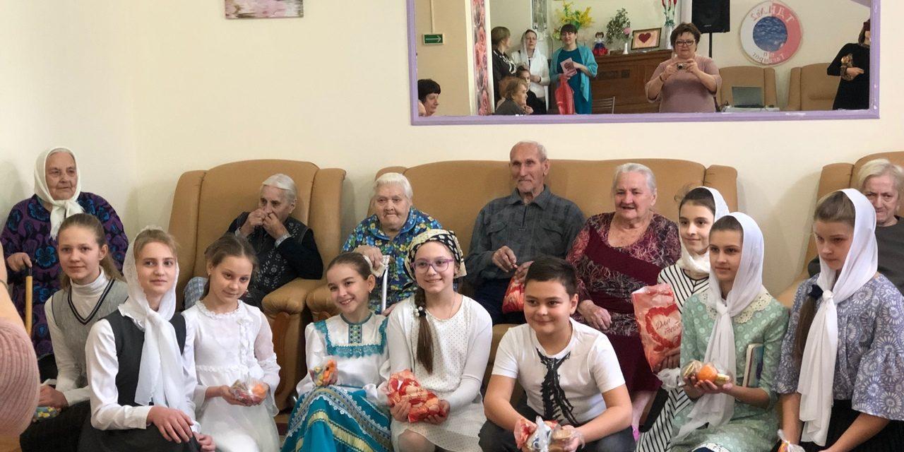 10 марта в день Прощеного воскресенья воспитанники воскресной школы Георгиевского храма вместе с родителями и педагогами посетили Дом престарелых и инвалидов г.Таганрога