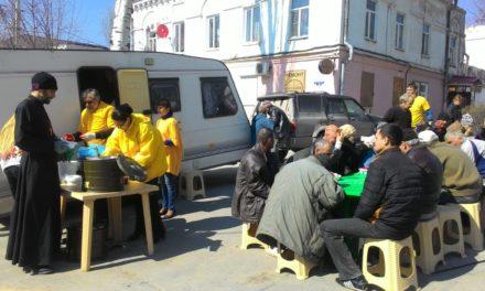 Волонтеры таганрогского центра «Трезвение» накормили горячим обедом малоимущих и бездомных жителей города