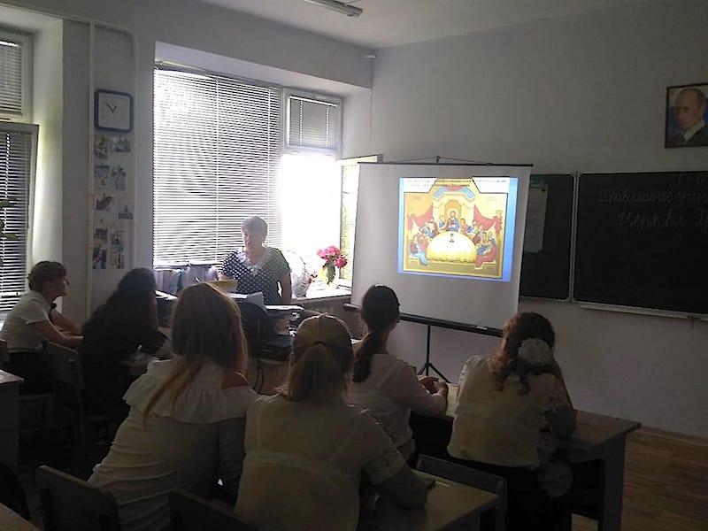 Преподаватель воскресной школы Магдалининского храма с. Андреево-Мелентьево провела беседу о Церкви в Сухо-Сарматской школе