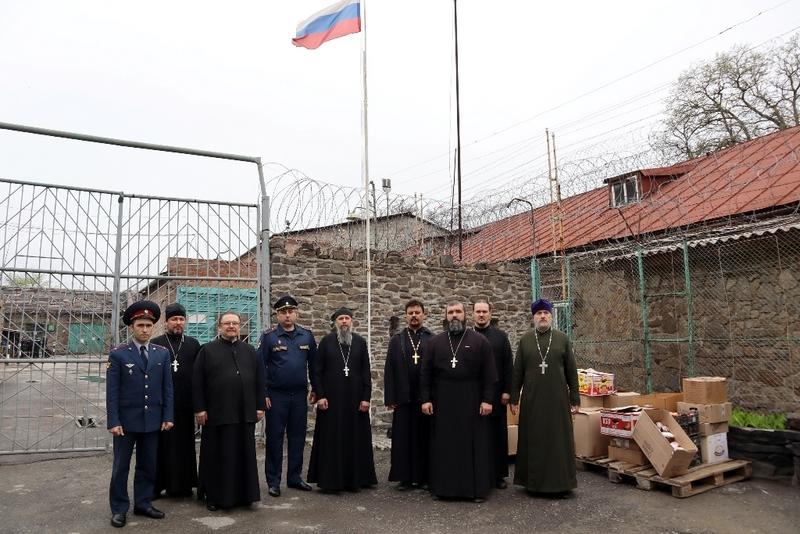 Клирики Таганрогского благочиния поздравили заключенных с праздником Пасхи