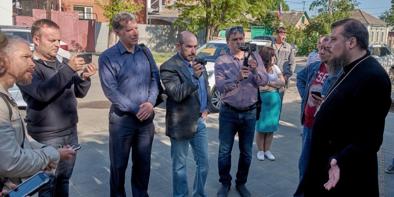 Благочинный таганрогского округа протоиерей Алексей Лысиков встретился с представителями прессы и блогер-сообщества накануне открытия подворья праведного Павла